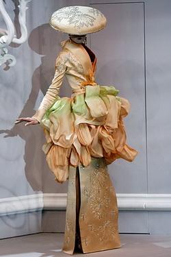 ชุดแฟนซี การแต่งกาย แฟชั่นหลุดโลก Christian Dior