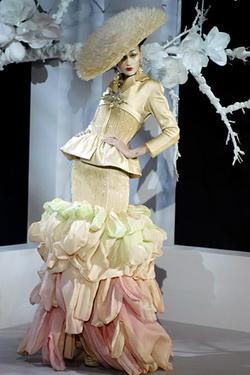 การแต่งกาย ชุดแฟนซี Christian Dior แบบ 8