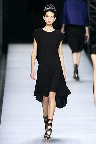 ชุดเดรสสีดำ จาก Yves Saint Laurent ผลงาน Stefano Pilati