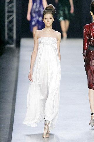 ชุดเดรสสีขาว มั่นใจ 100% จาก Yves Saint Laurent ฝีมือ Stefano Pilati