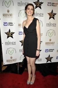 เดรสดำแบบดารา ของ Anne Hathaway ทรงไหล่เดี่ยว