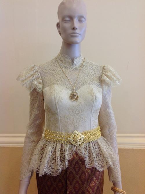 ชุดไทยประยุกต์แต่งงานแขนยาว เสื้อลูกไม้ ผ้านุงสีเข็ม