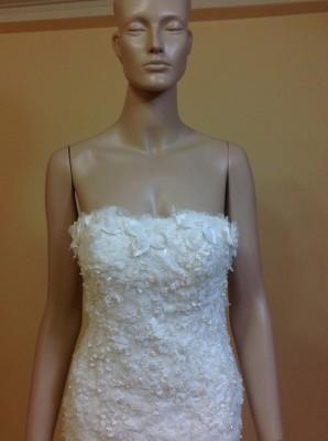 ด้านหน้าเป็น ชุดแต่งงาน คอเสื้อแบบ เกาะอก