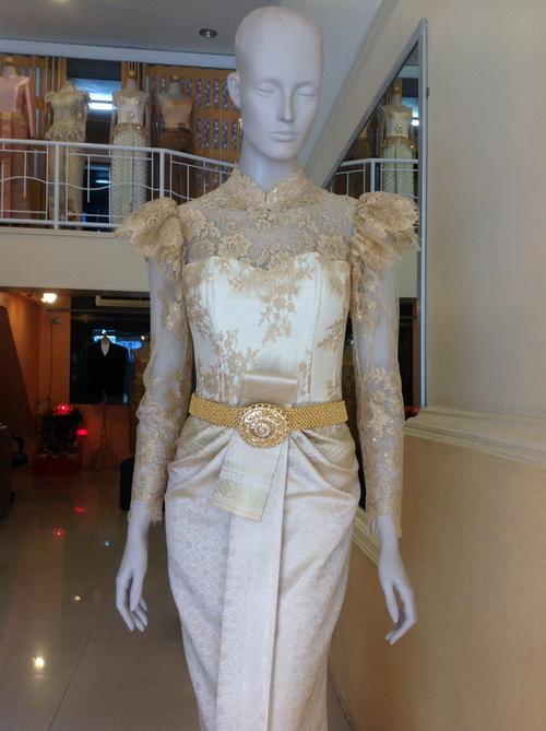 ชุดหมั้น เพื่อนเจ้าสาว ชุดไทยมีแขน ผ้าลูกไม้ ผ้าไหม ชุดไทย คอจีน แขนยาว ลูกไม้ สีทอง ไหล ติดระบาย เอวจีบ